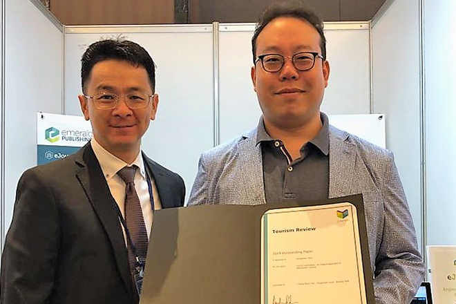 Dr. Kim Minjun (right) received an Outstanding Paper Award